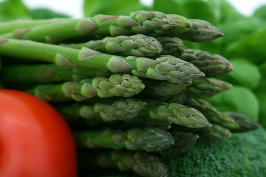 3 common veggies that can be eaten raw (one is asparagus)